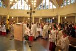 Großer Einzug mit Banner in die Kirche