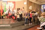 Die Musikband von St. Raphael begleitet den Gesang