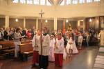 Ministranten und Erstkommunionkinder führen die kleine Prozession an