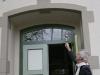 Pfarrer Nolte segnet den Eingang