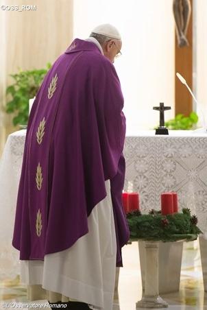 Papst entzündet Adventskranz
