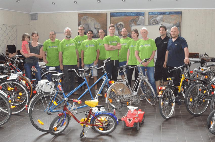 Mitarbeiter von Johnson Controls und Ehrenamtliche von Neuland reparierten Fahrräder für Flüchtlinge